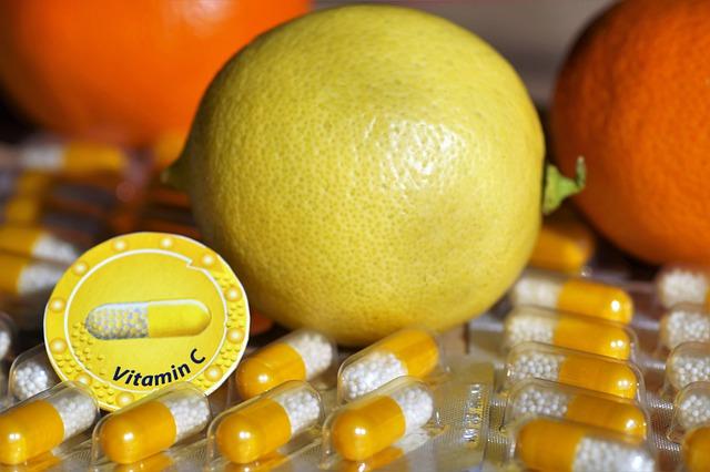 witamina C w owocach i tabletkach